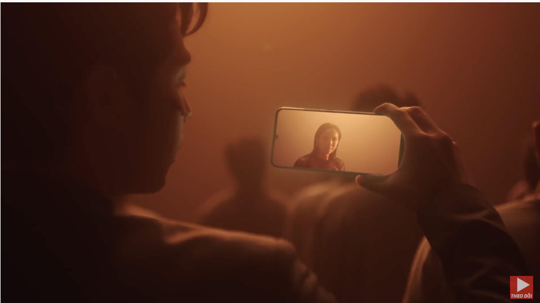 Noo Phước Thịnh dùng điện thoại gì trong MV I'M STILL LOVING YOU?